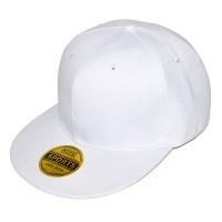 Белая кепка с прямым козырьком
