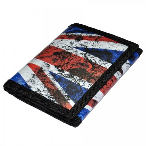 магазине одежды продаются вещи с британским флагом .